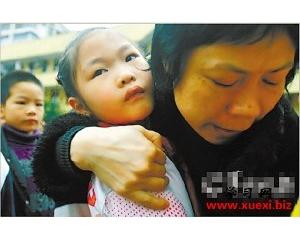 老师拥抱每一个孩子:孩