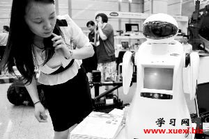 可爱的迎宾机器人贝贝。
