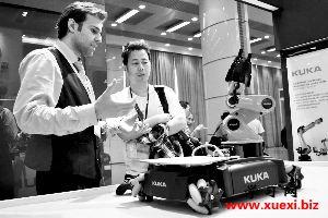 工作人员在演示KUKA机器人。