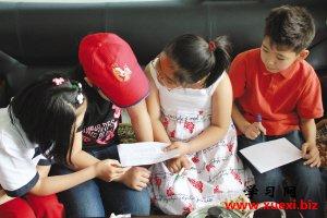 在首府一家培训机构,澳门永利:来自哈萨克斯坦的小朋友们利用暑期来疆跟首府小学生学习汉语。
