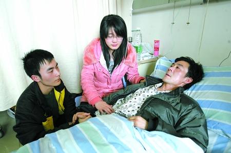 新桥医院,尹先和弟弟尹锐在病房内陪伴父亲。 记者 张永波 摄